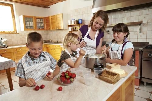 peka piškotov in kuhanje marmelade
